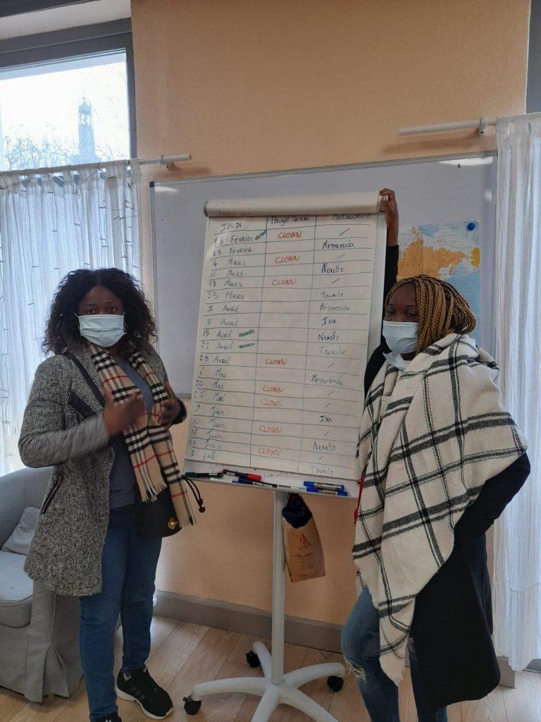 Trinité et Nenette organisent le planning des maraudeuses paires